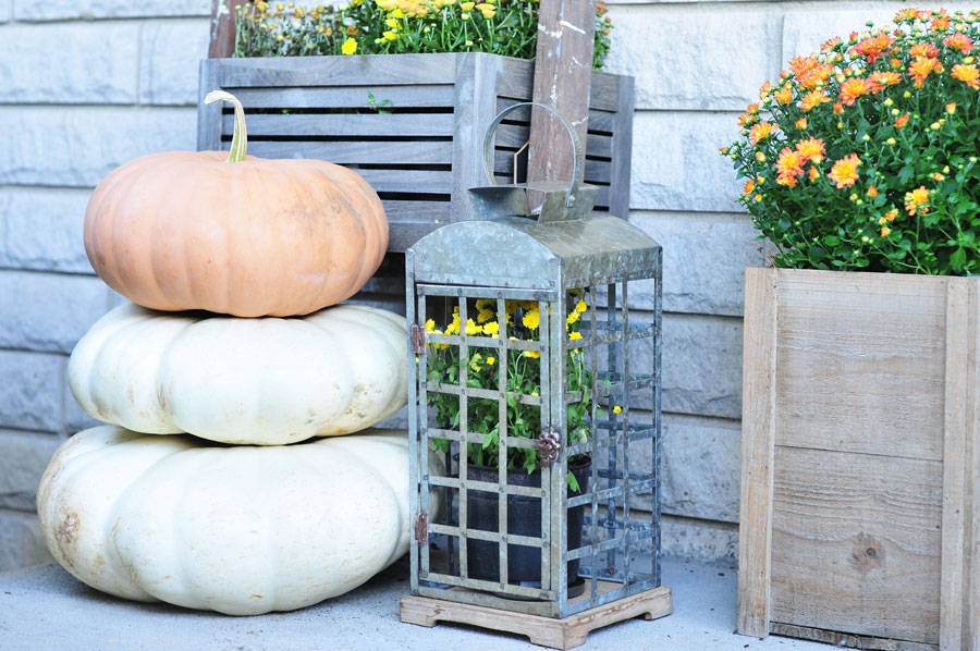 its-giveaway-day-front-porch-vignette